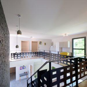 Construction à toiture audacieuse - escalier et premier étage