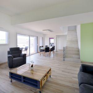 Construction à toiture quatre pans - salle à manger, cuisine, salon, terrasse et escalier