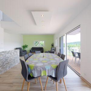 Construction à toiture quatre pans - salle à manger, salon et terrasse