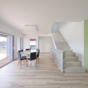 Construction à toiture quatre pans - salle à manger, cuisine, terrasse et escalier
