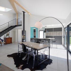 Construction à toiture audacieuse - cuisine, poêle, salle à manger et escalier
