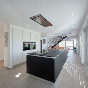 Construction à toit plat - cuisine, salle à manger et escalier