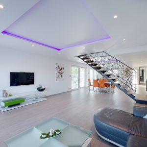 Construction à toit plat - salle à manger, salon et escalier
