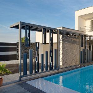 Construction à toit plat - façade avant, balcon, piscine, pare-vue et garage