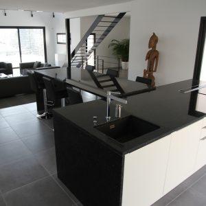 Construction à toit plat - cuisine, salon et escalier