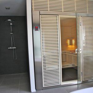 Construction à toit plat - douche et sauna