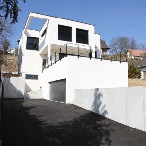 Construction à toit plat - façade avant, entrée, balcon et garage