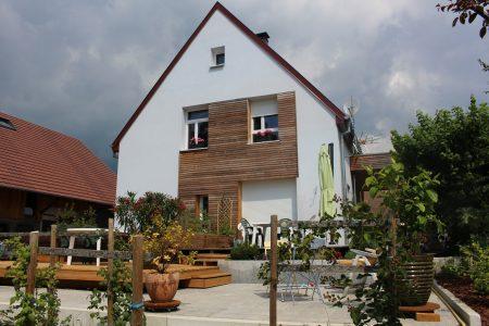 Rénovation à toiture deux pans - façade arrière et terrasse