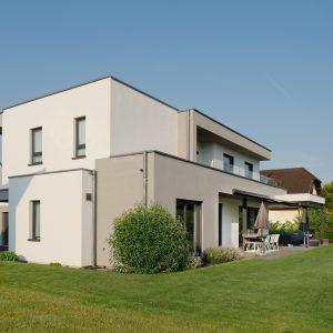 Construction à toit plat - façade arrière, terrasse et jardin